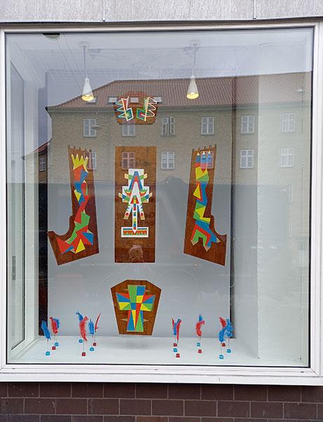 Ornamentum af Ole Valdemar Nielsen i vinduet hos Billedmagerværkstedet, Jyllingevej 5 Vanløse
